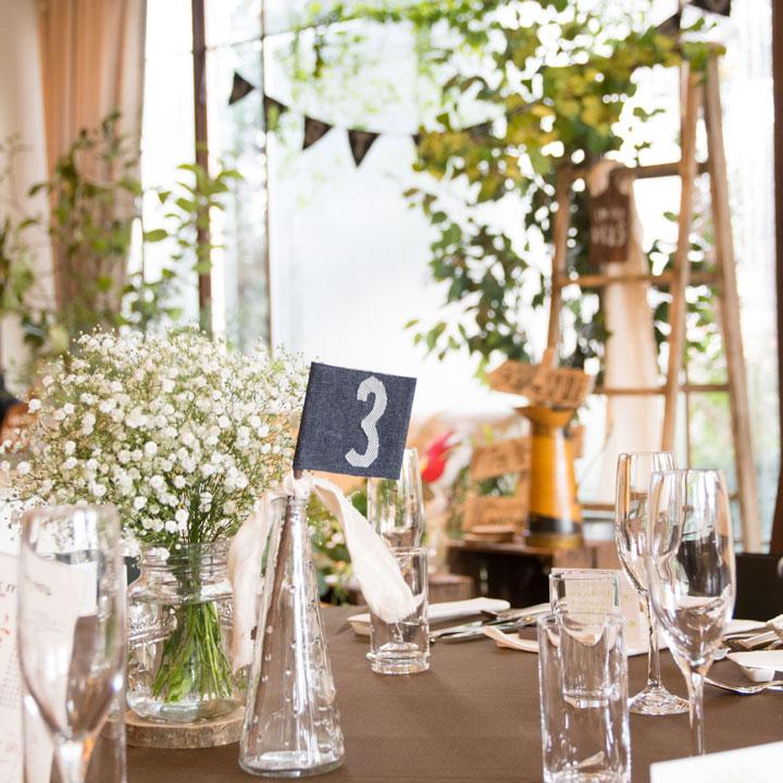 ゲストテーブルにはかすみ草が飾られています。