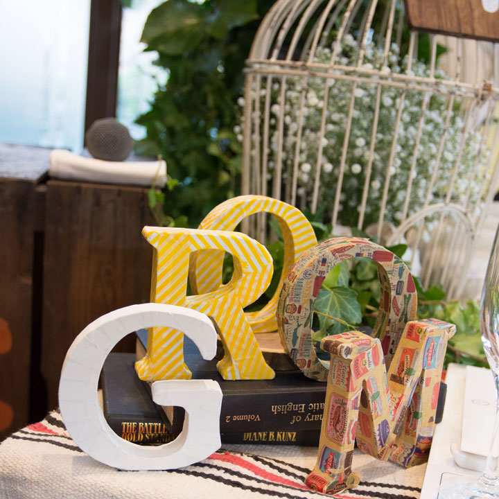 新婦が手作りしたGROOMという文字の小物などが飾られています。