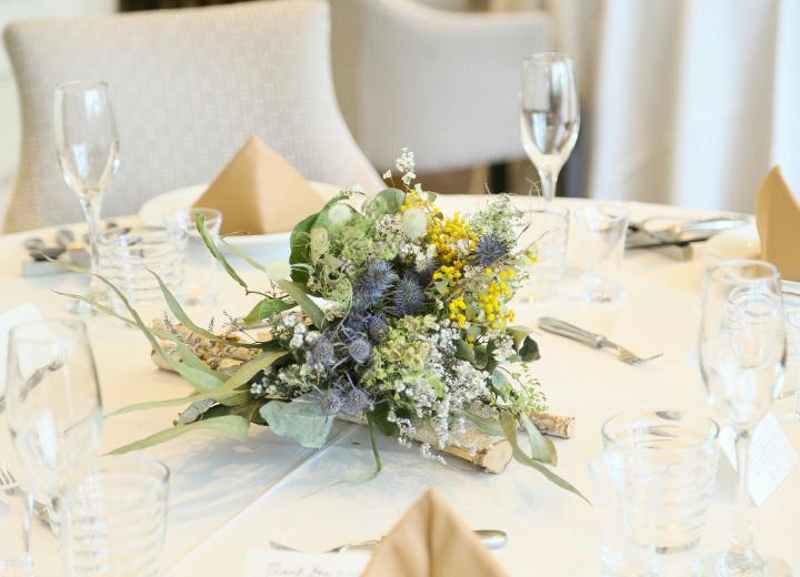 ふたりの好きな色の花を盛り込んだ卓上装花