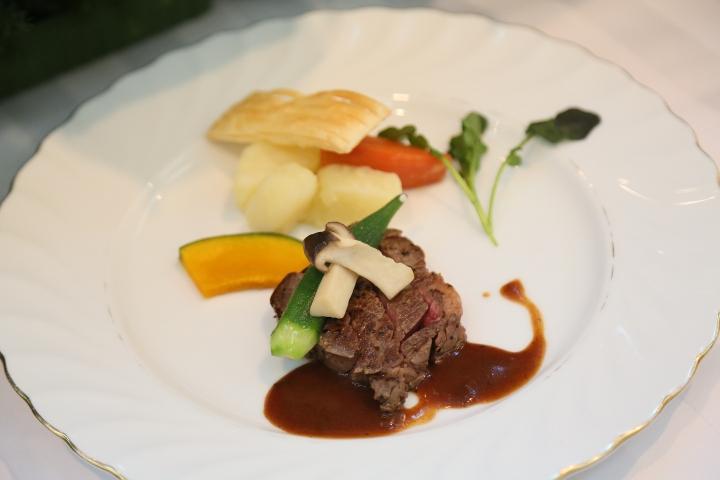 野菜のビタミンカラーが素敵な伊予牛のステーキ