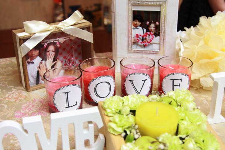 LOVEの文字を貼ったピンクのキャンドルがポイントのウエルカムコーナー