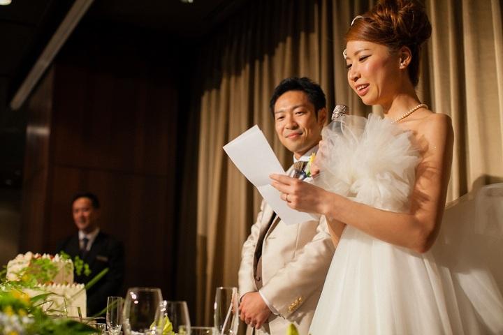 メッセージを読む花嫁