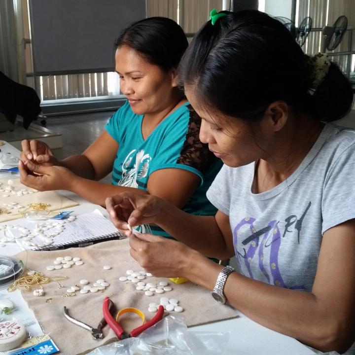 アクセサリー作るフィリピンの女性たち