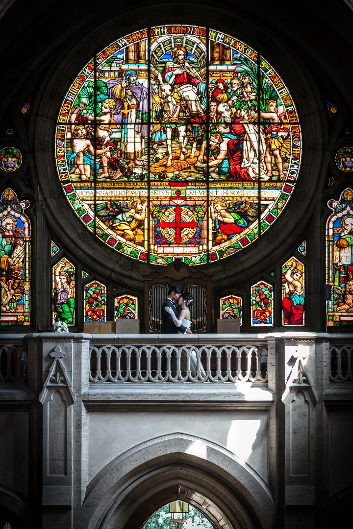 ふたりがバラ窓のステンドグラスに照らし出され、ドラマチック。想像を超える素敵なショットに大感激。/セント・ジェームズ教会