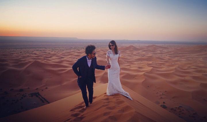 非日常感あふれる砂丘ショットはサングラスをかけてクールに。同じツアーに参加していた唯一の日本人に撮影を依頼。/サハラ砂漠