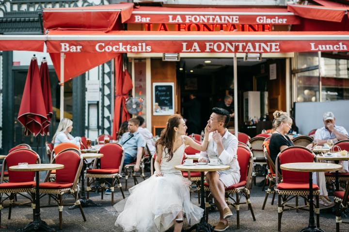 カフェでくつろぐ何気ないシーンも、バックに写っている人たちと相まって映画のワンシーンのよう。/休憩に立ち寄ったカフェテリア