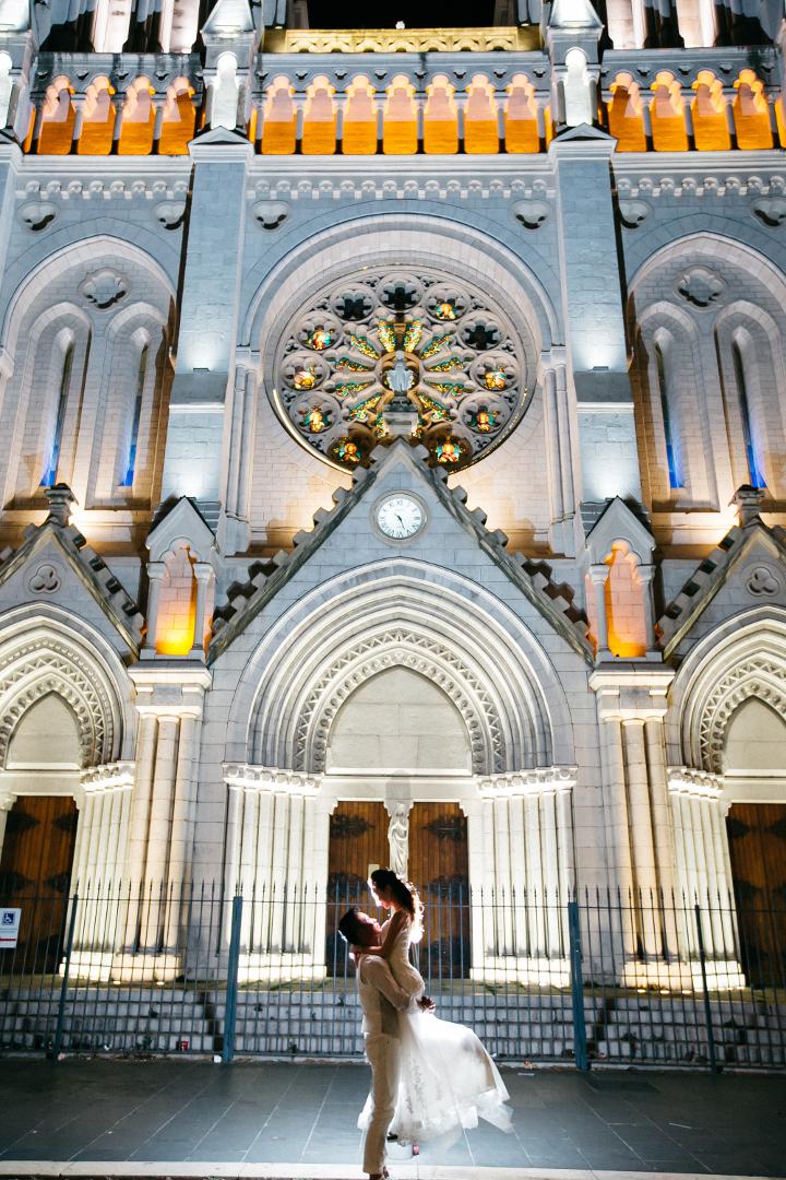 ライトアップされた街中の教会は、絶対に撮りたかった場所。みんなで息を合わせてジャンプして撮れた感動の一枚。/ノートルダム寺院