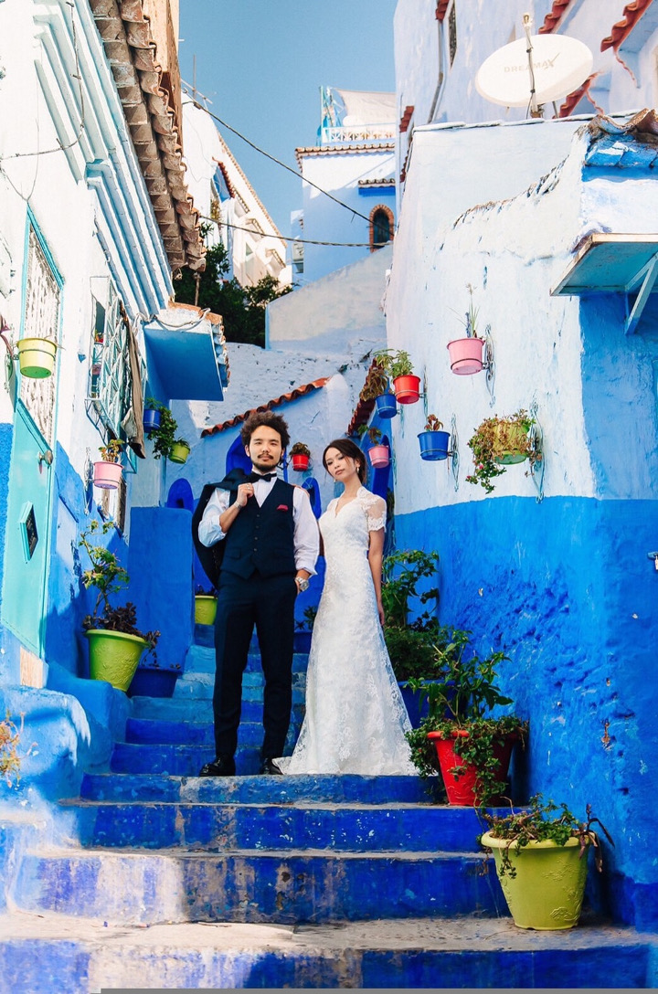 通りすがりのロシア人の写真家に撮影してもらった奇跡の一枚。周りの観光客をものともせずに撮ってくれ、感謝!/シャウエンの階段