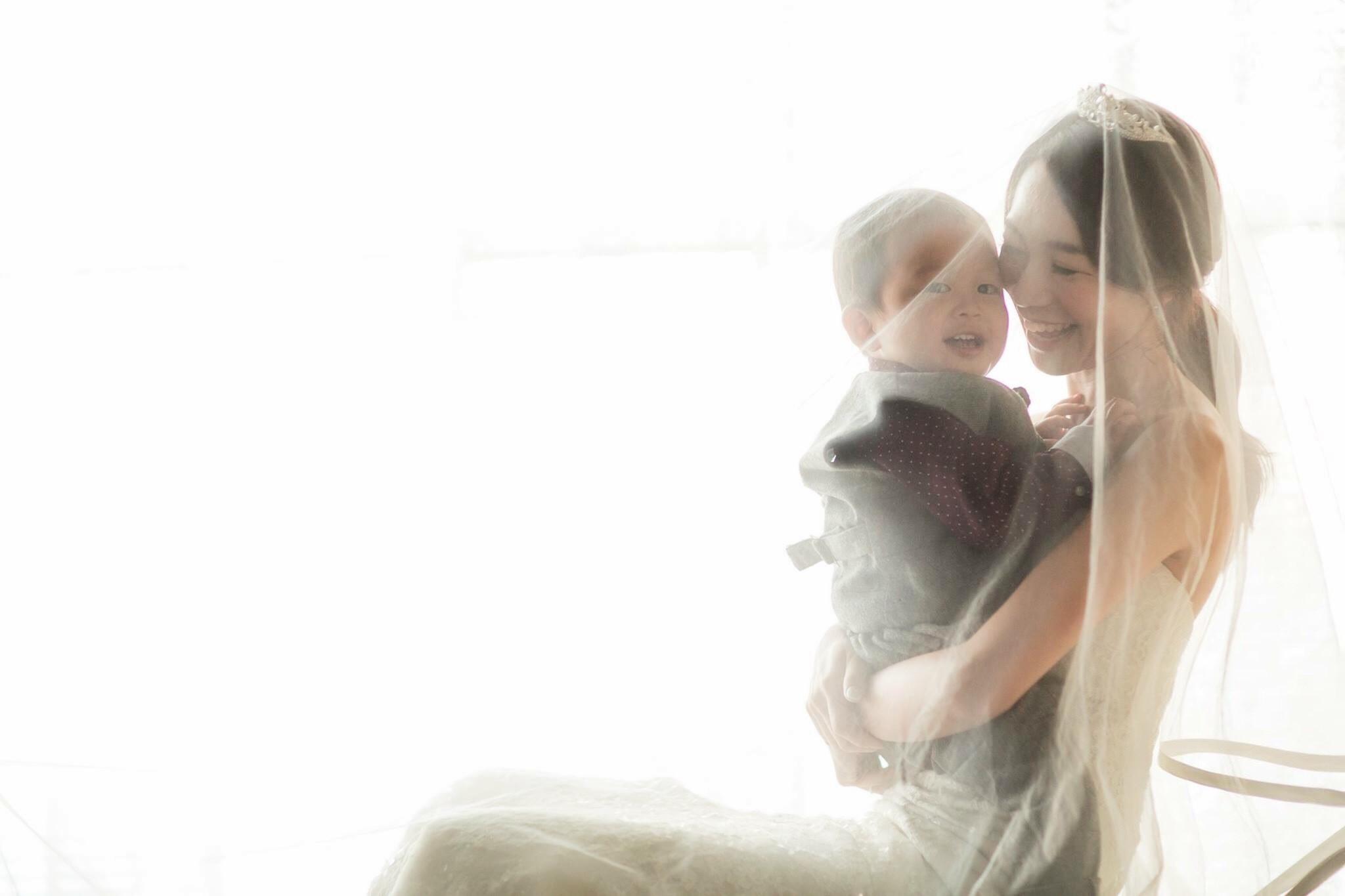 優しい雰囲気で撮りたかったので背景は白にしたそう。自然光とベールに包まれた、愛情あふれる一枚。/息子さんとのベールイン