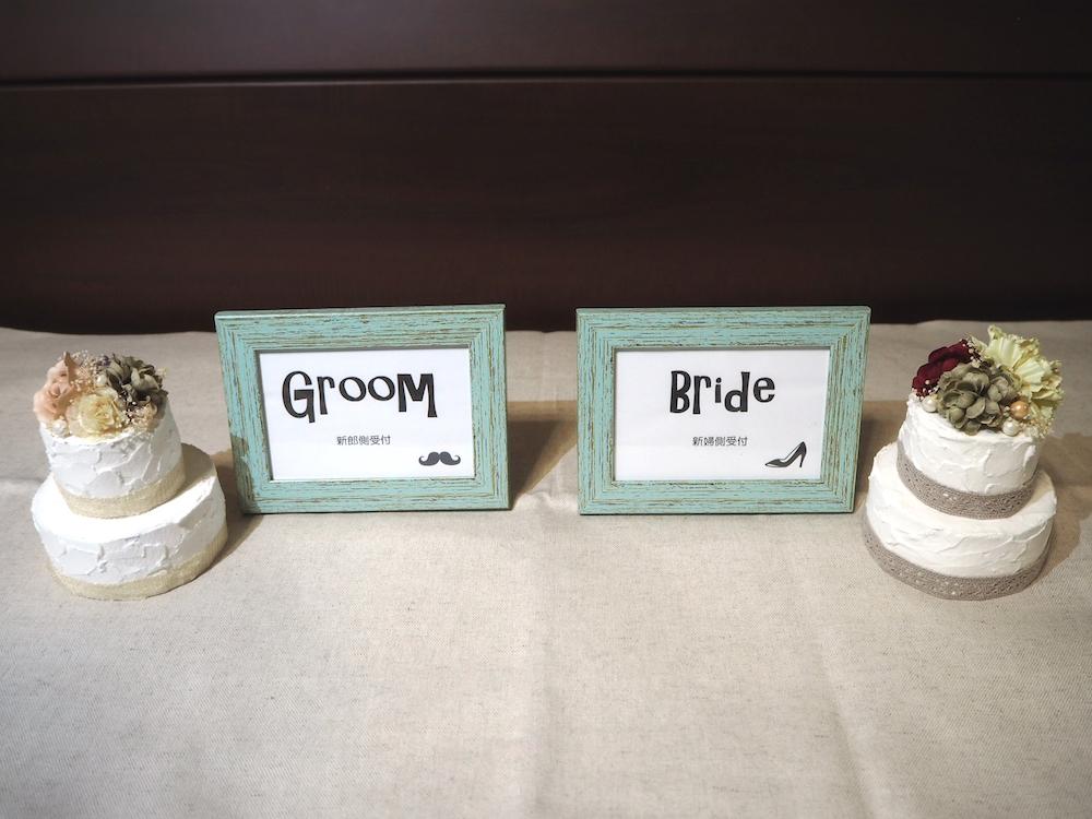 受付スペースに飾られるフェイクケーキ