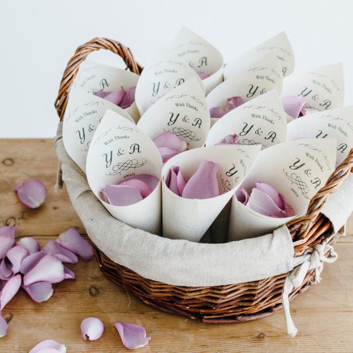 「めおとロゴ」を使った花嫁DIYアイテム。ふたりのイニシャルロゴ入りフラワーコーン