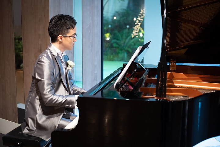新郎のピアノ演奏