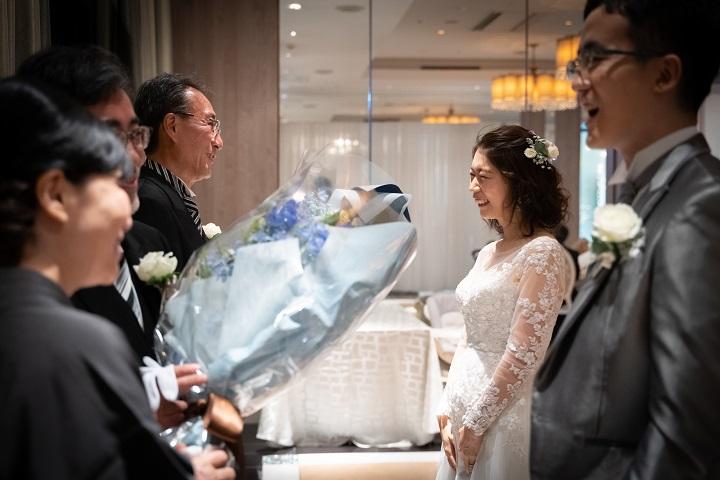 涙ぐむ花嫁の父