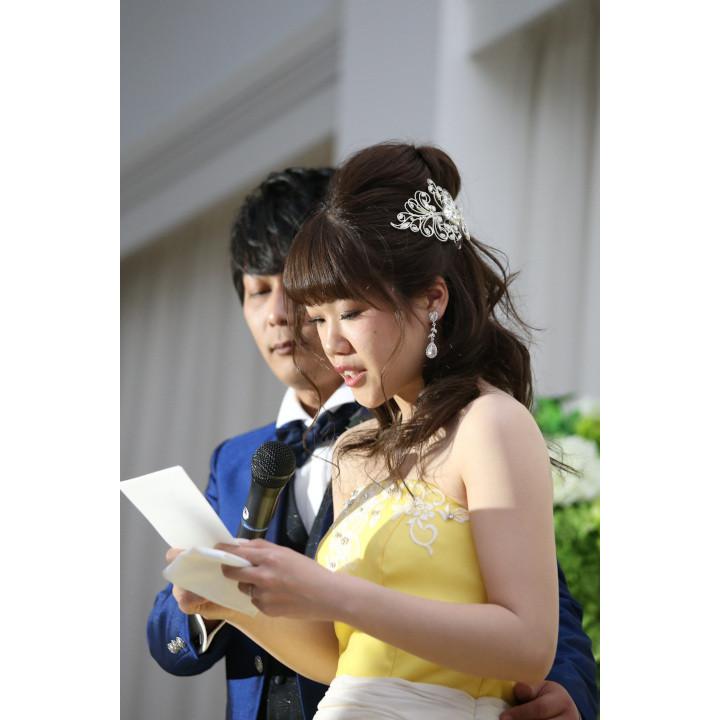 挙式で花嫁の手紙を読む花嫁