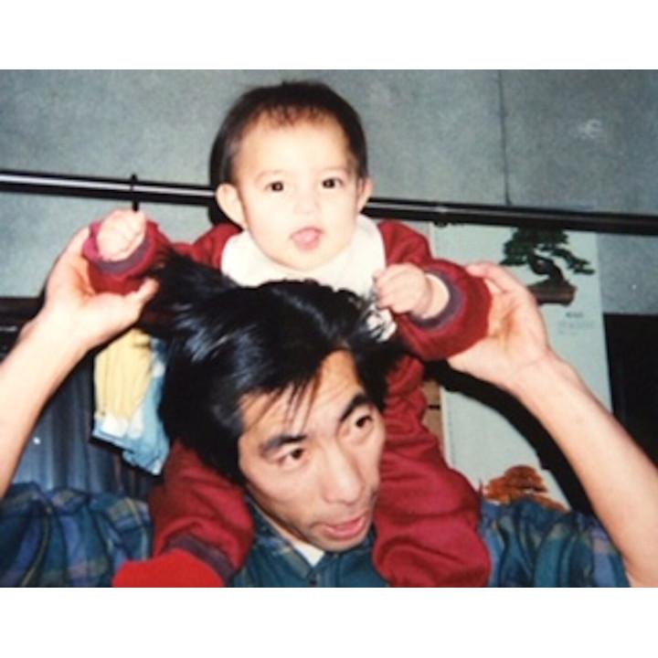幼い頃、父に肩車をしてもらっている先輩花嫁