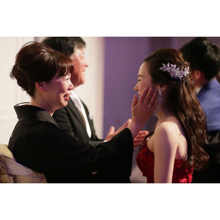 挙式での先輩花嫁と母親