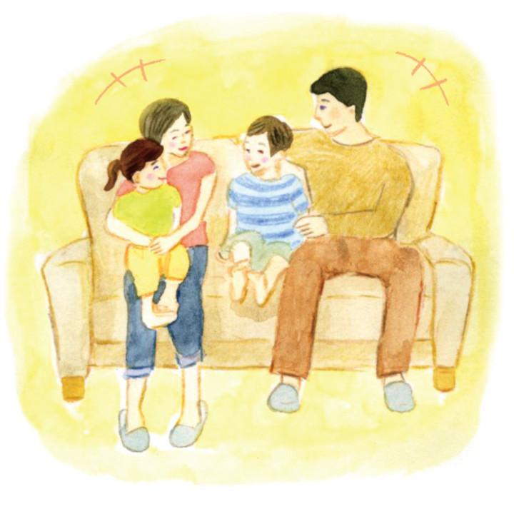 幼少期にソファーで団らんする先輩花嫁の家族