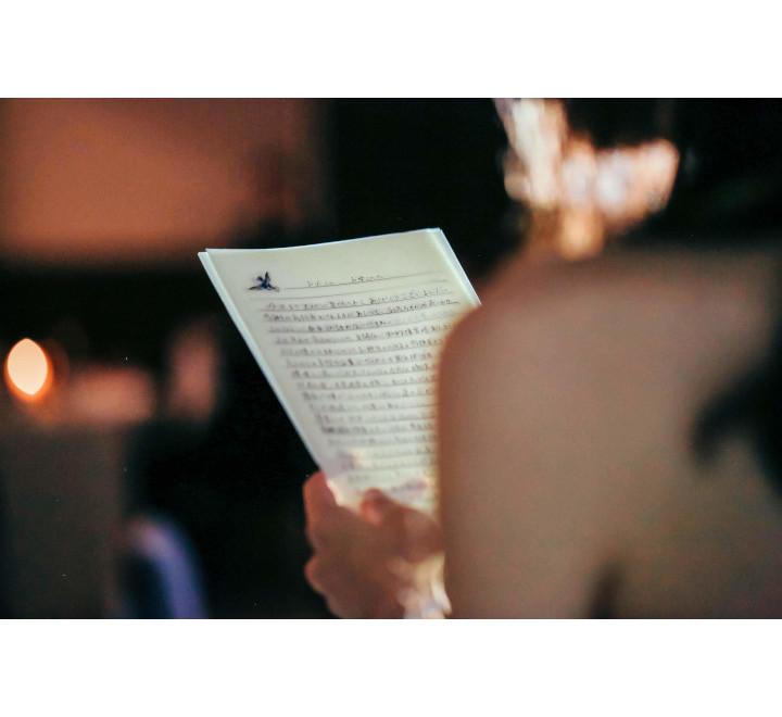 挙式で花嫁の手紙を読む先輩花嫁