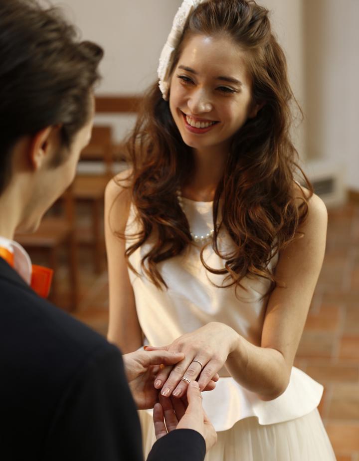 """指輪交換後に婚約指輪を重ねる、""""エンゲー"""