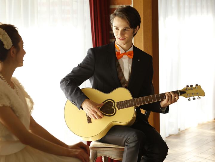 婚約記念品のギターで新婦にオリジナルソン