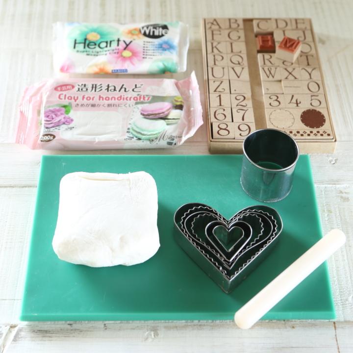 造形粘土、好みのクッキー型、アルファベットスタンプ、粘土をのばすための台と麺棒