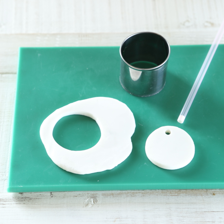 粘土を台の上で5~7ミリの厚さにのばし、好みの型で抜く様子