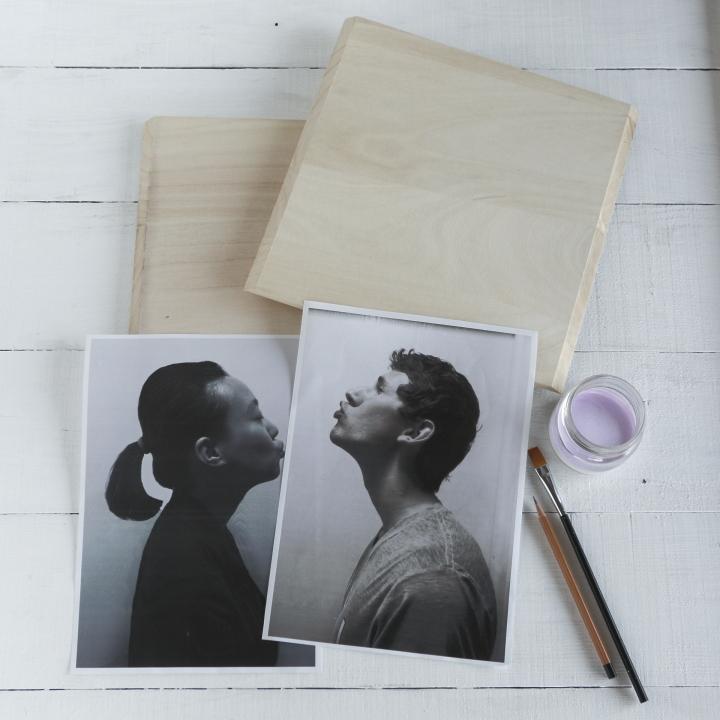 新郎新婦それぞれの横顔写真、30cm角の木板×2枚、アクリル絵の具、筆