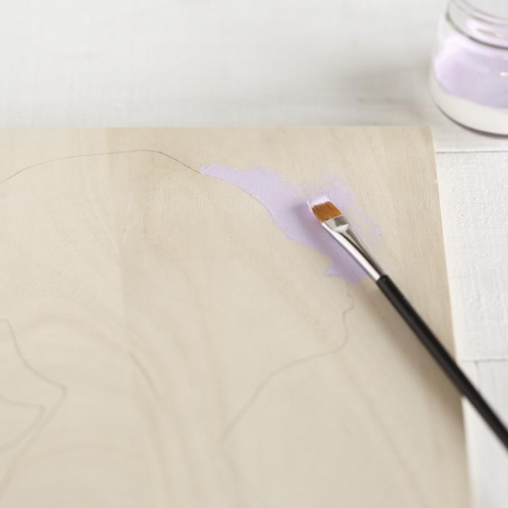 なぞった鉛筆のラインの外側に絵の具を塗っている様子
