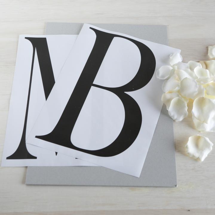 好みの書体で印刷したふたりのイニシャル、厚紙、花びら