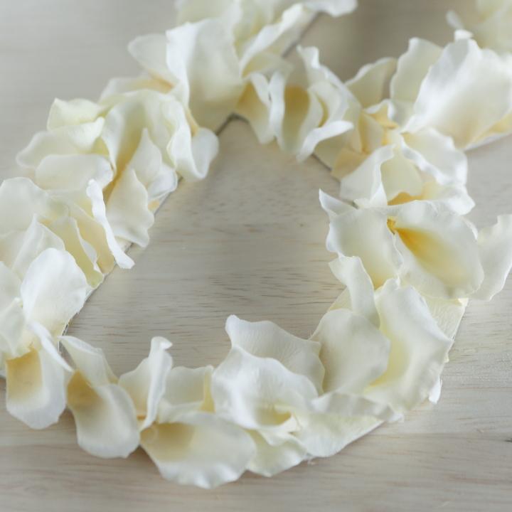 花びらを貼ったイニシャルオブジェの寄り写真