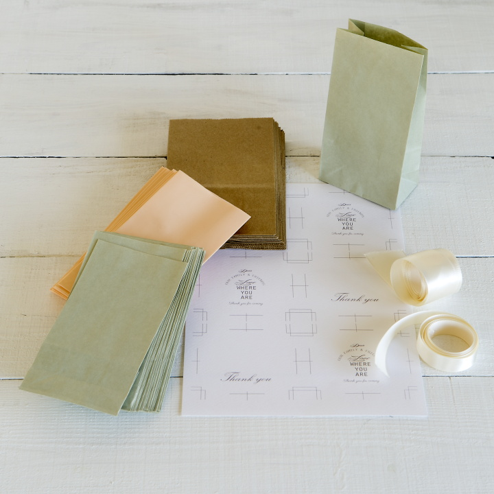 ミニサイズのマチ付き紙袋、タグを印刷する紙、お好みのリボン