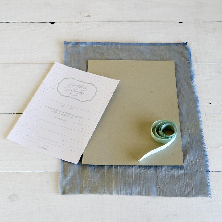 B5サイズの厚手の紙、A4サイズの厚紙、厚紙を包む布、好みのリボン