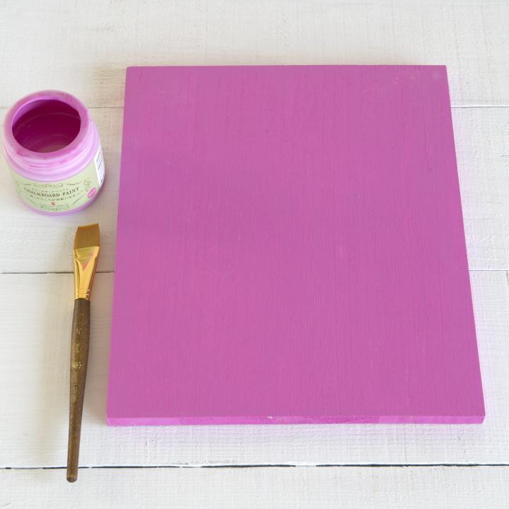 木の板を好みの色にペイントしている様子。