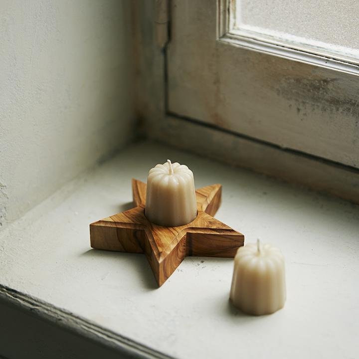 カヌレ型みつろうキャンドルとオリーブの木のキャンドル台