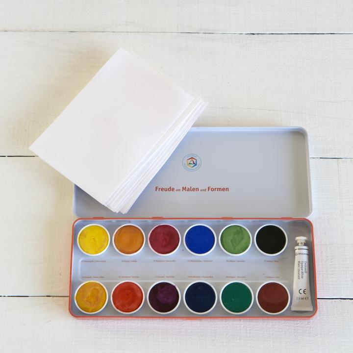 はがきサイズの厚手の紙、水彩絵の具