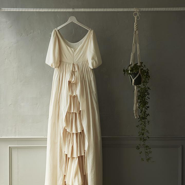 大人フェミニンなクラシカルドレスのバックスタイル