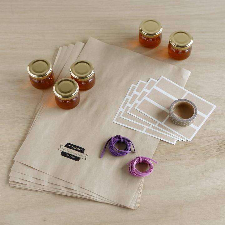 A4のクラフト用紙、クラフト用紙のラベルシール、太めのマスキングテープ、ラッピングしたい小瓶、好みのリボンや紐