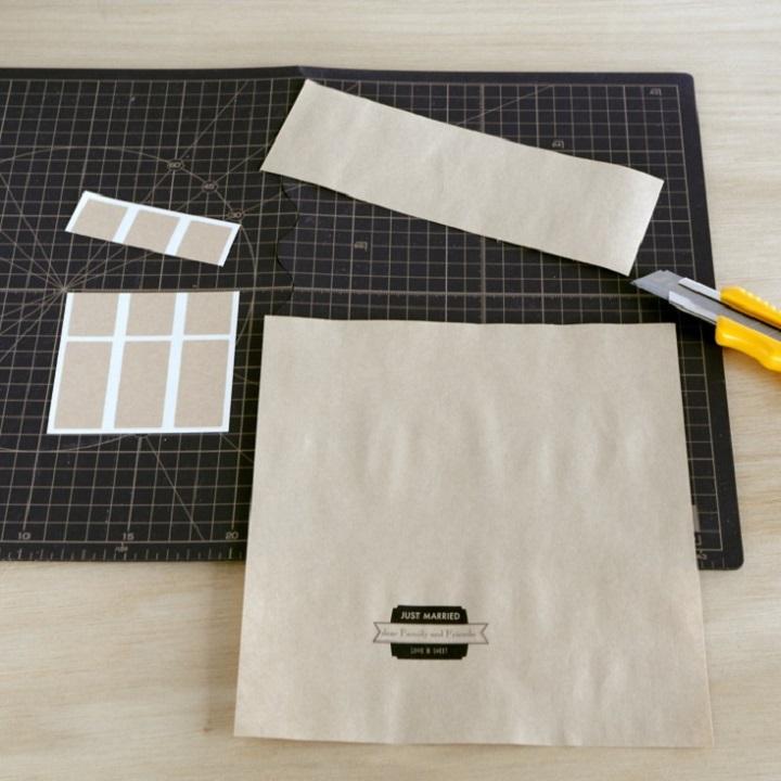 印刷したA4用紙の上部を8~9cmカットし、ラベルシールも半分にカットしている様子