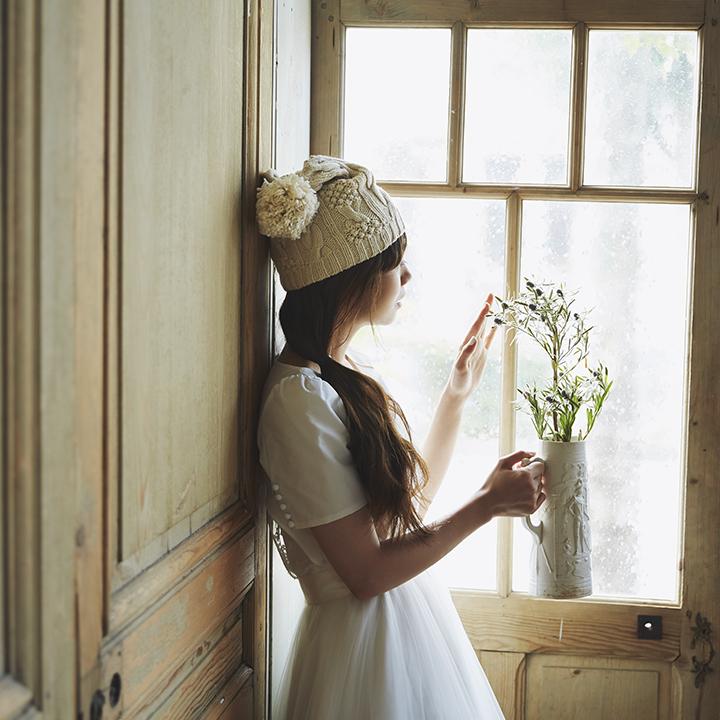 ニット帽をドレスにコーディネート