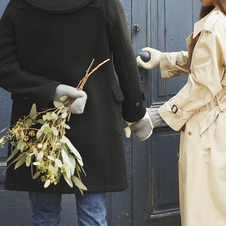 手つなぎ手袋を着用しているカップル
