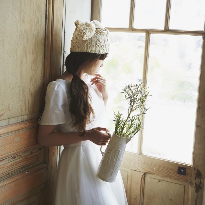 ドレスにニット帽をコーデ