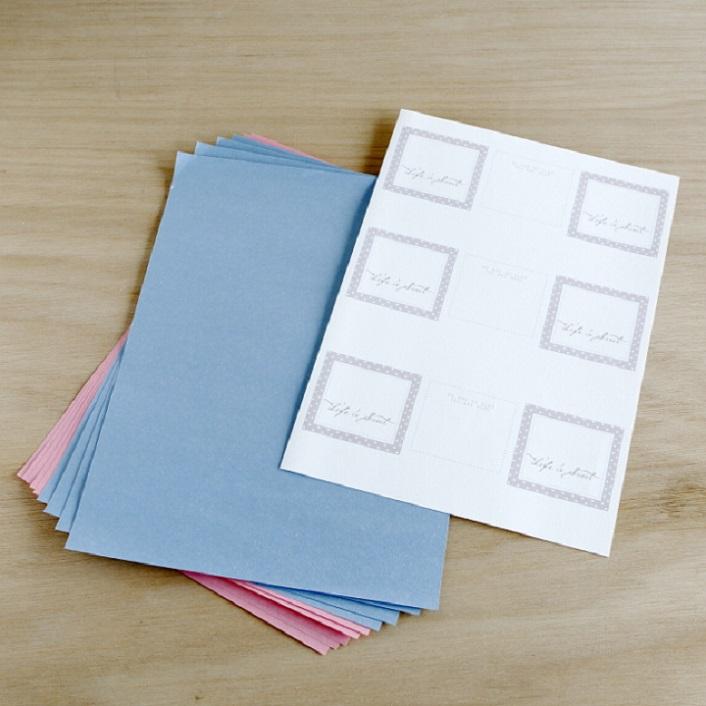 席札を印刷する紙、スタンドをつくる用の好みの色のA4用紙