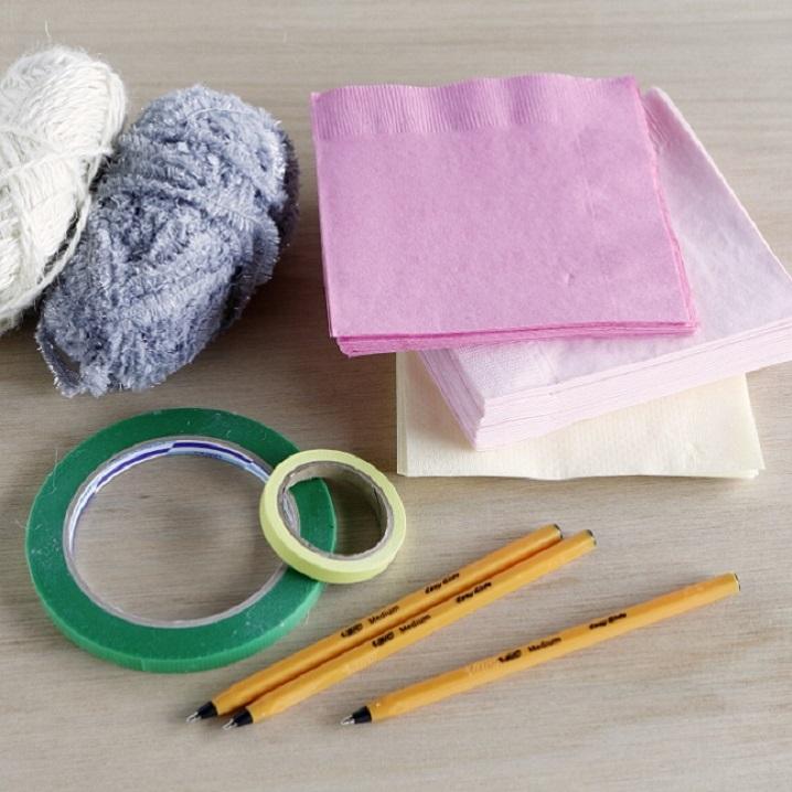 ボールペン、紙ナプキン、毛糸、フローラルテープ