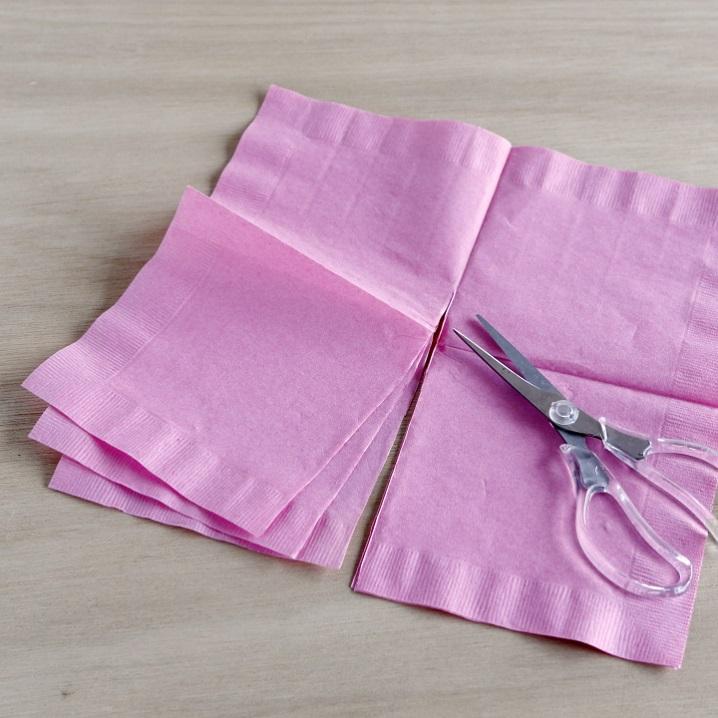紙ナプキンを3枚重ね、半分にカットしている様子