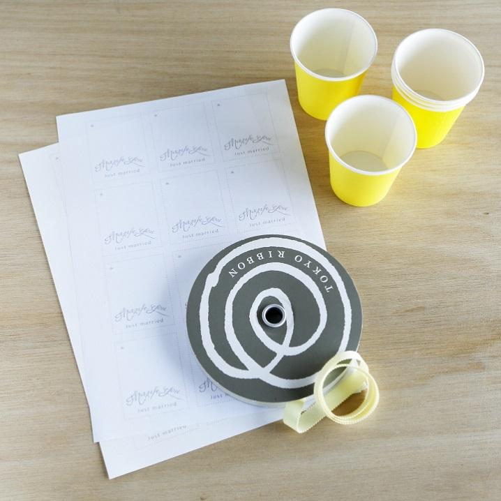 紙コップ、タグを印刷する用の紙、好みのリボン