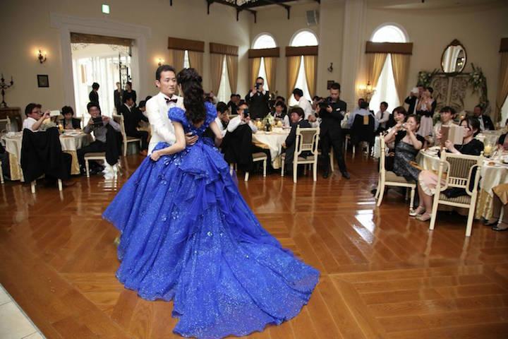ブルーのドレスで新郎とダンス