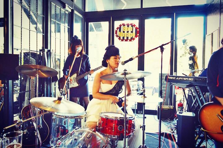 ドラムを演奏しながら歌うクールな花嫁