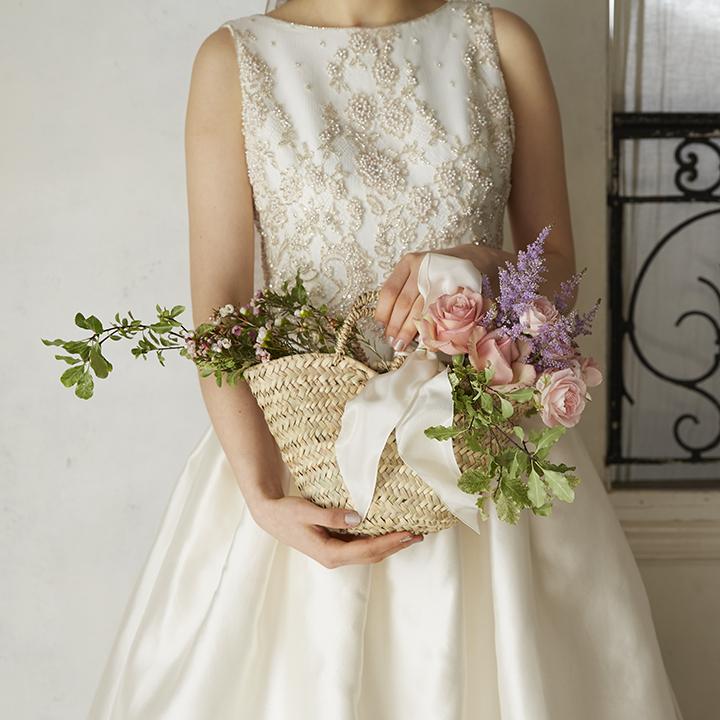 スイートな籠ブーケを持つ花嫁