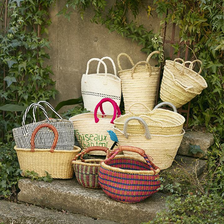 サイズ感や色柄の異なる多彩な籠バッグ