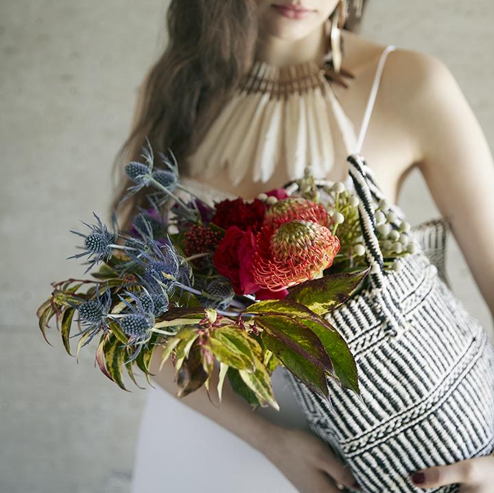 スパイシーな籠ブーケを持つ花嫁
